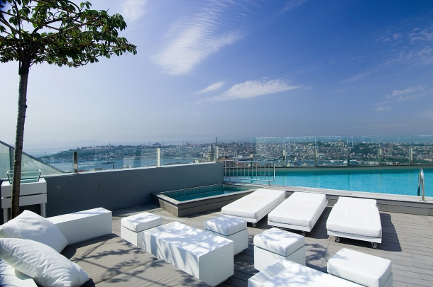 Virginia Duran Blog- 10 Sites To Take The Best Skyline Pictures in Istanbul- The Marmara Pera Hotel- Pool