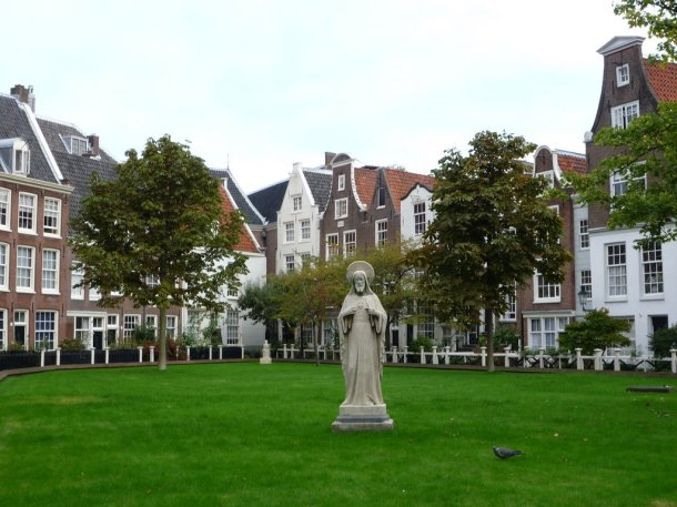 Virginia Duran Blog-Amazing architecture Amsterdam-Begijnhof Courtyard